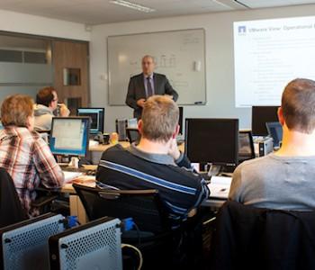 Ons grootste technische lokaal biedt plaats aan 16 personen die ieder een eigen PC tot hun beschikking hebben